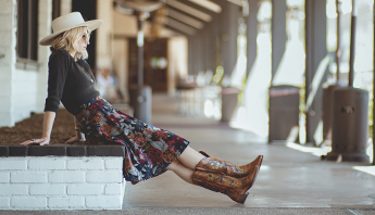 Singer/songwriter Brooke White wears Bed|Stü's Valencia II handmade leather boot.>