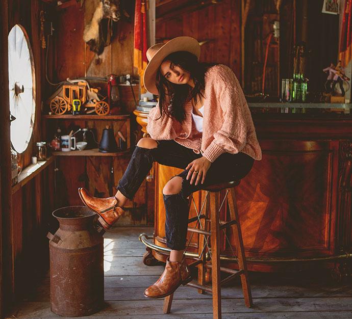 Natasha in feminine bootie ALDINA in Teak Rustic Tremolo Wash